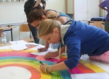 Schülerinnen am Projektplakat